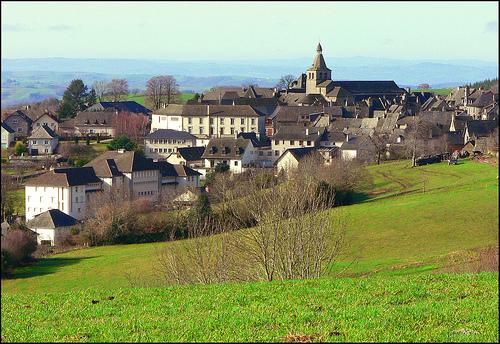 Le joli village de Montsalvy (Cantal)